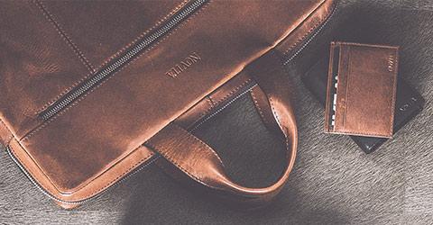 4f78d84a4c6f ... med någon av våra väskor eller plånböcker i hög kvalitet. Upptäck våra  många stilsäkra modeller att förvara dina viktigaste saker, papper och  pengar i.
